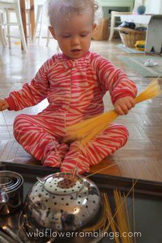 Geschikt voor een doosmoment . Ongekookte spaghetti en potjes erin steken en de kinderen laten experimenteren .