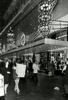 Rotterdam - Binnewegplein. Gebouw 'Ter Meulen' op de achtergrond. Sinterklaas inkopen in de sneeuw, eind jaren '60.