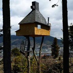 This one is straight out of the dream world. Takasugi-an, a tea house in Chino, Nagano Prefecture, Japan. Built on two chestnut trees by designer Terunobu Fujimori. Tea House Japan, Japanese Tea House, Cool Tree Houses, Small Houses, Unusual Homes, Street House, Japanese Interior, House Built, In The Tree