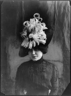 """[Head and shoulders of model wearing """"Chanticleer"""" hat of bird feathers] 1912 Feather Hat, Bird Feathers, Edwardian Fashion, Vintage Fashion, Vintage Style, Edwardian Era, Vintage Glamour, Retro Style, Vintage Ladies"""