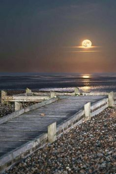 Moons and oceans have an effect on me like the moon has on the ocean. I gravitate that way naturally. Beautiful Moon, Beautiful World, Beautiful Places, Beautiful Pictures, Ocean Pictures, Moon Pictures, Shoot The Moon, Science And Nature, Belle Photo