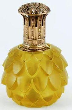"""René Lalique (1860-1945), Lampe Berger, brûle-parfum à alcool '' Artichaut """" en verre moulé-pressé jaune ambré. Modèle créé le 28 juin 1927."""
