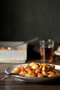 Απολαύστε τα φασόλια γίγαντες πλακί στο φούρνο.  Δείτε πως θα φτιάξετε εύκολα χωρίς πολλή προσπάθεια ένα από τα πιο νόστιμα και υγιεινά φαγητά για όλη την οικογένεια. #φασόλια #φούρνο #γίγαντες #πλακί #ελέφαντες #υγιεινά #βίγκαν #νηστίσιμα #φαγητά #όσπρια Some Recipe, Bean Recipes, Vegetarian Recipes, Healthy Recipes, Best Beans, Healthy Dishes, How To Dry Oregano, Mediterranean Recipes