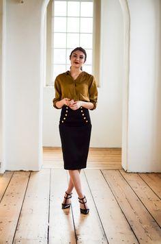 Verwelkom je nieuwe week in stijl, de gouden knopen accentueren de taille.   Deze super klassieke kokerrok hebben wij gecombineerd met een mosgroene blouse. Hoe zou jij het dragen ?  https://www.tubino.nl/shop/kokerrokken/kokerrok-letizia-zwart/
