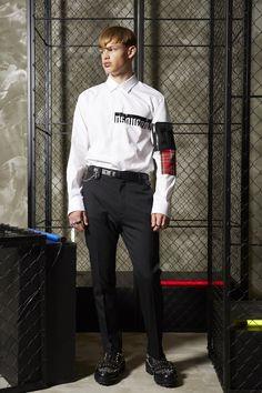 Resort 2019 Fashion Show Collection Male Fashion Trends, Fashion Images, Fashion Ideas, Dark Fashion, Boy Fashion, Bohemian Style Men, Estilo Grunge, Fashion Show Collection, Italian Fashion