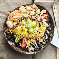 """Den hawaiianska """"salladen"""" poké bowl går att variera i all oändlighet. Prova en vegetarisk poké bowl med gulbetor, svart ris, mango, avokado och cashewnötter. Smaksätt riset med en sesamsås och avsluta med att ringla över en limedressing."""