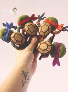 Tartarugas Ninjas Felt Fabric, Fabric Dolls, Handmade Felt, Handmade Crafts, Sewing Projects For Kids, Sewing Crafts, Mestre Splinter, Felt Crafts Patterns, Ninja Turtle Party
