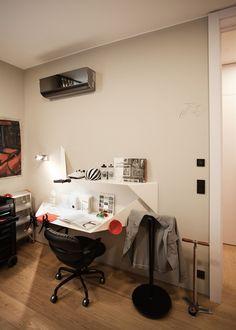 V pracovně nechybí ani pojízdná skříňka s nářadím. Squat, Corner Desk, Conference Room, Furniture, Home Decor, Corner Table, Squat Bum, Decoration Home, Room Decor