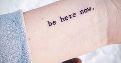 Tags: estilos, Caligrafia, Frases, Frases en inglés, be here now, Inglés, Letras de fuentes tipográficas, Letras de máquinas de escribir. Partes del cuerpo: Muñeca.