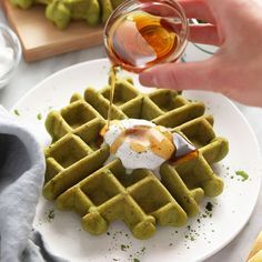 Make these amazing gluten free matcha waffles with just including matcha powder, which is what turns them green. Peanut Butter Pancakes, Oatmeal Pancakes, Healthy Waffles, Healthy Foods, Healthy Eating, Breakfast Bake, Breakfast Recipes, Breakfast Ideas, Pancake Toppings