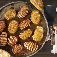 Mini Baked Cheesy Hasselback Potatoes - This delicious potato side dish is sure to be a new favorite. Made with new potatoes, cheese and ro - Dinner Side Dishes, Dinner Sides, Side Dishes Easy, Batatas Hasselback, Hasselback Potatoes, Potato Sides, Potato Side Dishes, Dinner Show, Dinner Menu