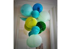 Lanternes chinoises vert aquarelle et Bora Blue, lampions bleu glacé et lemongrass et boules alvéolées vert forêt et bleu acqua Sous le Lampion http://www.vogue.fr/mariage/adresses/diaporama/un-mariage-sous-le-lampion-decoration-de-mariage/21600#!lanternes-chinoises-vert-aquarelle-et-bora-blue-lampions-bleu-glace-et-lemongrass-et-boules-alveolees-vert-foret-et-bleu-acqua-sous-le-lampion