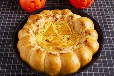 Halloweeni csirkés-sajtos partifalat Cheddar, Curry, Halloween, Desserts, Food, Tailgate Desserts, Curries, Deserts, Cheddar Cheese