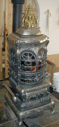 Awesomeness :) Coal Burning Stove, Coal Stove, Antique Wood Stove, How To Antique Wood, Outdoor Wood Furnace, Wood Stove Cooking, Cast Iron Stove, Vintage Stoves, Vintage Appliances