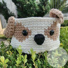 Lindo cesto organizador com carinha de cachorro, feito na técnica de crochê com fio de malha. Feito sob encomenda, as cores podem ser escolhidas conforme disponibilidade. Altura: 14 cm Diâmetro: 20 cm Crochet Bowl, Crochet Basket Pattern, Knit Basket, Cute Crochet, Crochet Yarn, Crochet Patterns, Yarn Projects, Crochet Projects, Crochet T Shirts