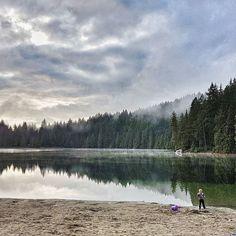 "There  was a moment of rain today. And everyone in Vancouver said:""This is it Raincouver is on its very best"". Well guys Sun is up!  . Jesienne krajobrazy zza rogatek miasta. Kiedy pada. I kiedy nie pada. Jest dobrze. A u Ciebie? . . . . . . . . .  #authenticity #jezioro #kanadasienada #wspomnienia #synek  #happymoment #morninstories #morningslikethese #happyadventuring  #fall #autumn  #jesiennie #chill #melancholymood #rainyday #vancouverblogger  #vancouverbc #grayday #beach #explorebc…"