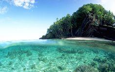 Praia com água transparente