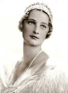 Koningin Astrid van België in 1934. Zij draagt een diadeem dat voor Koningin Elisabeth ontworpen werd, en dat sindsdien door alle Koninginnen en ook door Prinses Lilian (Prinses van Rethy als 2de echtgenote van Koning Leopold III) gedragen werd.