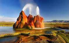 Fly Geyser, Nevada, Estados Unidos – Esse gêiser foi acidentalmente criado quando um poço foi perfurado por acidente. A montanha foi criada pelos minerais e algas que começaram a se acumular na superfície