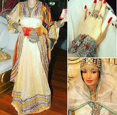 Tenue et Bijoux de Kabylie en Algerie #TraditionalAlgerianOutfits #TraditionalAlgerianDresses #AlgerianFashion #Tradition #Fashion #Mode #HauteCouture #Costume  #ModeAlgerienne #Algeria #Algerie #Djazair #dzair #dz الجزائر# #unesco #patrimoine #Culture #Arab #3arab #Arabe #Amazigh #Berbere #Imazighen #World #burnous #karakou #badroun #blouza #chedda #robekabyle #fergani #tasdira #caftanalgerien #fetla #gold #or #bijoux #jewelry #الملحفة_الشاوية + #الحلي_الجزائري التقليدي  #اقوال_جزائرية…