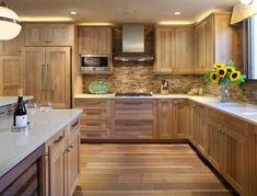 Holzküche, weiße Arbeitsplatte und warme indirekte Beleuchtung