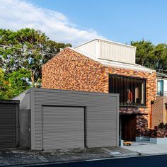 A Flexible, Multi-purpose Studio That Requires Very Little Land Modern Tropical, Tropical Houses, Brick Studio, Studios Architecture, Modern Architecture, Kitchen Island Bench, Recycled Brick, Passive Design, Contemporary House Plans