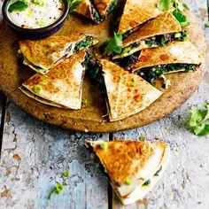 We love quesadilla! Dit is een perfect gerecht als je nog een paar tortilla's overhebt en niet weet wat je ermee wilt doen. In principe kun je 'm vullen met wat je nog in de koelkast hebt liggen, maar in dit recept stoppen we hem vol met zwarte bonen en...