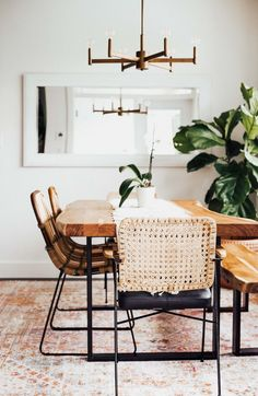 Since rattan and wicker are warm, natural and in a neutral colour, it is easy to go with larger pieces or multiple pieces. Tiny Dining Rooms, Dining Room Design, Dining Room Table, Small Dining Area, Warm Dining Room, Dining Room Corner, Corner Chair, Kitchen Dining, Mismatched Dining Chairs