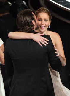 Pin for Later: Joyeux National Hugging Day! Jennifer Lawrence et Bradley Cooper