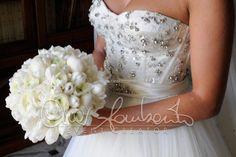 Bouquet elegante in total white di peonie e tulipani bianchi per una sposa romantica, ma moderna | Cira Lombardo Wedding Planner