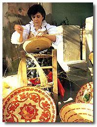Alcuni oggetti di artigianato sardo - Donna che crea cestini