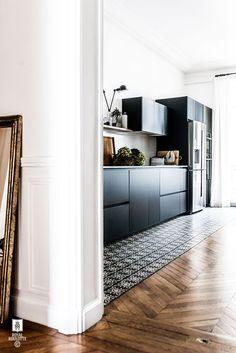 Tapis carreaux de ciment le long des meubles de cuisine