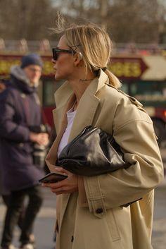 Что носят гости показов Chanel и Miu Miu — стритстайл BURO | Buro. Beige Trench Coat, Raincoat, Casual Outfits, Street Style, Jackets, Miu Miu, Fashion, Rain Jacket, Down Jackets