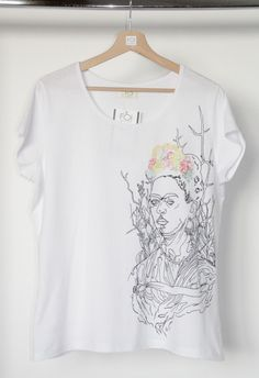 "A hand-painted t-shirt inspired by Frida Kahlo's painting ""Selfportrait"" - L'art et la mode."