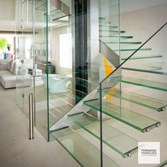 Transparência : elevador e escadaria em vidro ✨✨. Transparency: glass lift and staircase ✨✨ #dicasfernandamarques #fernandamarquestips #glass #transparency #interiordesign #interiores #desing #interiors #decor #architecture #arquitetura #instapic #instadaily #fernandamarques #fernandamarquesarquiteta