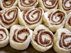 Veľmi chutné škoricové koláčiky | MamaStory Doughnuts, Kitchen Dining, Food And Drink, Cookies, Anna, Basket, Baking, Kitchen Dining Living, Biscuits