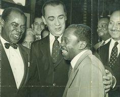 Juscelino Kubitscheck, com Louis Armstrong (à sua esquerda), Grande Otelo (à direita) e Pixinguinha (ao fundo), em 1957.