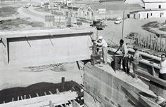 26-12-1963 - Ponte do Piqueri na Freguesia do Ó. Construção da ponte sobre o Rio Tietê para ligação entre a avenida General Edgar Facó (Piqueri) e avenida Ermano Marchetti (Lapa). Detalhe da colocação das vigas da rampa.