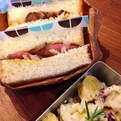 魚焼きグリルでカンタンに作れるローストビーフをホームベーカリーで焼いたパンでサンド。さつまいもとたまねぎはマヨネーズ、和風ドレッシングちょびっと、塩コショウで和えました。 - 22件のもぐもぐ - 自家製ローストビーフサンドとスィートポテトサラダ by kumi1193