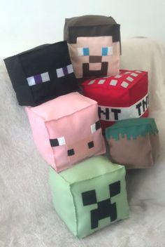 Personagens do Jogo Minecraft em feltro e enchimento anti alérgico.  Simplesmente encanta a todas as crianças! Na festinha com tema Minecraft ou no quartinho de seu filho, estes personagens fazem o maior sucesso!!!  Steve, TNT, Porco, Enderman e Creeper - 21cm x 21cm (alt x larg)  Valor - R$ 50,00 cada    Bloco de Terra - 16cm x 16cm (alt x larg)  Valor - R$ 40,00 cada    **Encomendas com prazo de 10 dias para confeccao ( a partir da data de pagamento)  * Desconto para encomendas acima de 10…