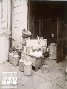 Marchande de café au lait, rue Mouffetard, Paris (Vème arr.). par Atget 1898-1901, musée Carnavalet.