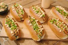 Dit is geen gewone hotdog, maar een pittig broodje merguez met coleslaw en huisgemaakte Samoeraisaus ofsambalmayonaise. De perfecte snack.