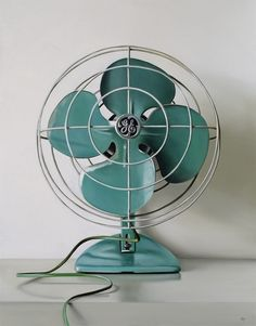 loving this retro  fan! Vintage Fans, Look Vintage, Vintage Design, Retro Vintage, Vintage Items, Vintage Stuff, Vintage Party, Vintage Green, Vintage Classics