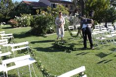 wedding#provence#flowers#floristbucoliquebymarina#daisyflowers#guirlandeschaises#ceremonyoutdoor
