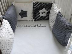 Tour de lit Bébé Gris Etoiles Blanches Paula 6 coussins : 2 carrés plumeti gris à pois blancs, 2 carrés blancs à étoiles grises, 1 carré blanc à étoile grise plumeti, 1 carré gris étoiles blanches.