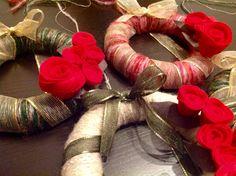Ghirlande natalizie in lana con roselline di pannolenci