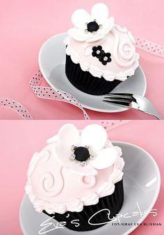 Cupcakes by Eva Blixman Pretty Cupcakes, Beautiful Cupcakes, Flower Cupcakes, Yummy Cupcakes, Simple Cupcakes, Black Cupcakes, Bee Cupcakes, Fancy Cakes, Mini Cakes