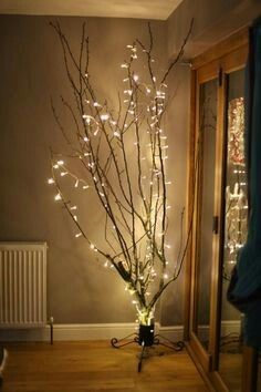 Lighted Tree Branches Home Decor. If you need to cut back on your Home Decoration this holiday season to save money don't worry. Branches Allumées, Lighted Tree Branches, Tree Branch Decor, Branches With Lights, Decorating With Tree Branches, Decorating With Fairy Lights, Fairy Light Decor, Pre Lit Christmas Tree, Christmas Lights