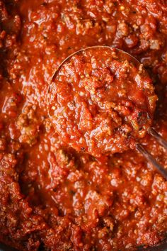 Quick Tomato Sauce - You can skip the jarred sauce! This is super quick, easy, fresh and so so good using pantry staples. Just 30 minutes start to finish! Homemade Tomato Pasta Sauce, Easy Tomato Sauce, Tomato Sauce Recipe, Homemade Sauce, How To Dry Oregano, How To Dry Basil, Dry Red Wine, Bastilla, Fresh Pasta
