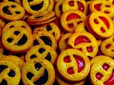"""Son las galletas sonrientes. Esta imagen representa los muchos tipos de postres en el mercado. Cada postre es muy único y no es """"el postre típico."""""""